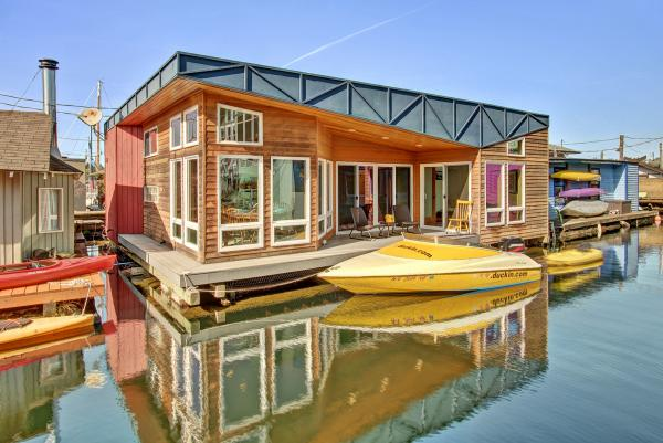 floating-home-outdoor-living